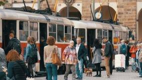 Folla della gente che emerge dal tram ceco in vecchia città della repubblica Ceca, Praga Movimento lento video d archivio