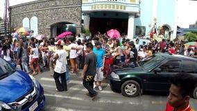 Folla della gente che esce da cappella cattolica vicino alla via archivi video