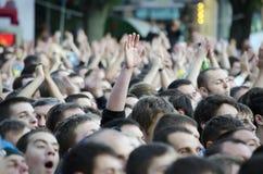 Folla della gente che guarda una partita di gioco del calcio Fotografia Stock Libera da Diritti