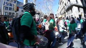 Folla della gente che porta le magliette verdi e che tiene e che gioca i tamburi in via stock footage
