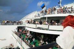 Folla della gente che sta avendo un resto sul traghetto Immagini Stock