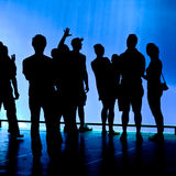 La gente che esamina schermo blu Fotografie Stock