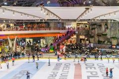 Folla della gente divertendosi nell'interno del centro commerciale Fotografie Stock