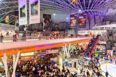 Folla della gente divertendosi nell'interno del centro commerciale Fotografie Stock Libere da Diritti