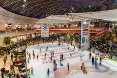 Folla della gente divertendosi nell'interno del centro commerciale Fotografia Stock