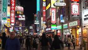 Folla della gente nel distretto della strada dei negozi di Shibuya video d archivio