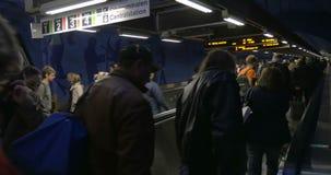 Folla della gente sulle scale mobili piane in sottopassaggio video d archivio