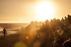 Folla della spiaggia di tramonto immagine stock libera da diritti