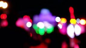 Folla delle siluette della gente con le loro mani su, riflettori di concerto Le luci intense, raggi luminosi della siluetta irrad video d archivio