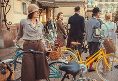 Folla di bella gente vestita con le biciclette d'annata che aspettano inizio di retro crociera di festival fotografia stock