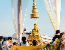 Folla di buddismo di Songkran Immagine Stock