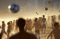 Folla di calcio della spiaggia sulla spiaggia a Rio Immagini Stock