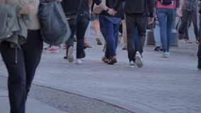 Folla di camminata di giornata indaffarata archivi video