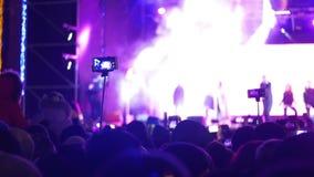 Folla di concerto al festival di musica al rallentatore video d archivio