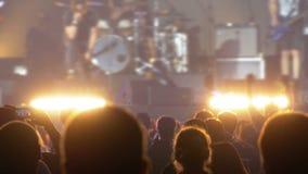 Folla di concerto al festival di musica Concerto rock ballante della gente della folla video d archivio