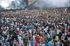 Folla di fare festa gli anni dell'adolescenza ad un festival Fotografia Stock Libera da Diritti