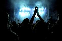 Folla di fare festa la gente ad un concerto in tensione Fotografie Stock