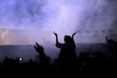 Folla di fare festa la gente ad un concerto in tensione Fotografie Stock Libere da Diritti