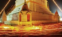 Folla di religione che cammina con l'indicatore luminoso della candela alla notte Fotografie Stock Libere da Diritti