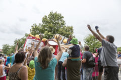 Folla durante il caravan di pubblicità - Tour de France 2015 Immagine Stock Libera da Diritti