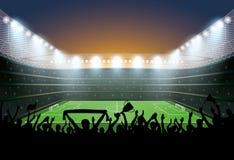 Folla emozionante della gente ad uno stadio di calcio Stadio di football americano Immagini Stock Libere da Diritti