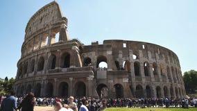 Folla enorme dei turisti vicino all'anfiteatro antico di Colosseum, viaggio a Roma archivi video