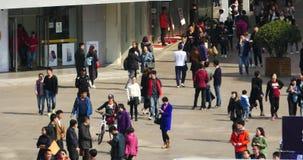 folla enorme 4k della gente che cammina sulla via di affari della porcellana, Qingdao, Cina video d archivio