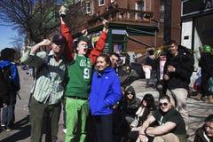 Folla entusiasta, parata del giorno di St Patrick, 2014, Boston del sud, Massachusetts, U.S.A. Immagine Stock