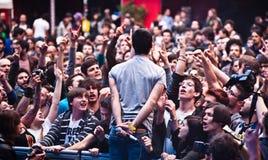 Folla entusiastica durante il concerto di roccia Immagine Stock