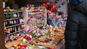 Folla Europa di dicembre della gente del mercato delle decorazioni di Natale stock footage