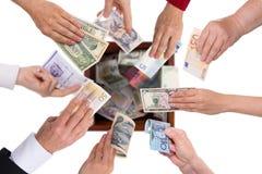 Folla-finanziamento differente di concetto di valute Fotografie Stock Libere da Diritti