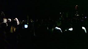 Folla incoraggiante in arena stock footage