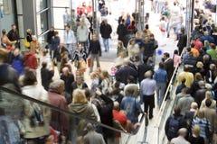 Folla nel centro commerciale Fotografia Stock