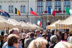 Folla nel servizio francese a Tampere Finlandia Fotografie Stock