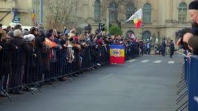 Folla sulla via video d archivio