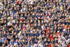 Folla vaga degli spettatori su una tribuna dello stadio Fotografia Stock