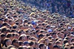 Folla vaga degli spettatori su una tribuna dello stadio Fotografia Stock Libera da Diritti