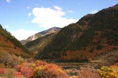 Follaje de otoño en un día quebradizo claro en el parque nacional del valle Jiuzhaigou Fotos de archivo libres de regalías