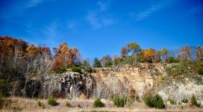 Follaje de otoño sobre los acantilados de la piedra caliza fotografía de archivo libre de regalías