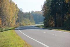 Follaje de otoño y camino uno imagenes de archivo