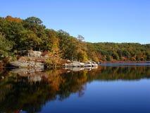 Follaje en parque de estado de Harrimen. El bosque refleja en aguas del pequeño lago Fotos de archivo