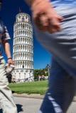 Folle dei turisti che visitano la torre pendente di Pisa Fotografie Stock