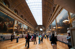 Folle dei turisti in galleria delle battaglie fotografia stock