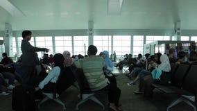 Folle della gente che si imbarcherà sull'aereo nella sala di attesa stock footage