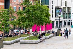 Folle della moltitudine della gente a Leeds a fine settimana per godere di una birra nel sole nella citt? fotografia stock libera da diritti