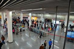 Folle della stazione della metropolitana della gente e contatori quadrati Shanghai, Cina di sicurezza fotografia stock
