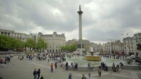 Folle di mattina del turista in Trafalgar Square stock footage
