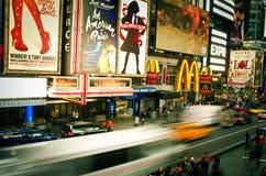 Folle e traffico del Times Square alla sera Immagini Stock