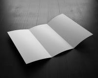 Folleto abierto en tablero negro ilustración 3D Folleto en blanco FO Imagenes de archivo