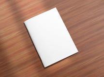 Folleto cerrado en blanco sobre fondo de madera Imagen de archivo